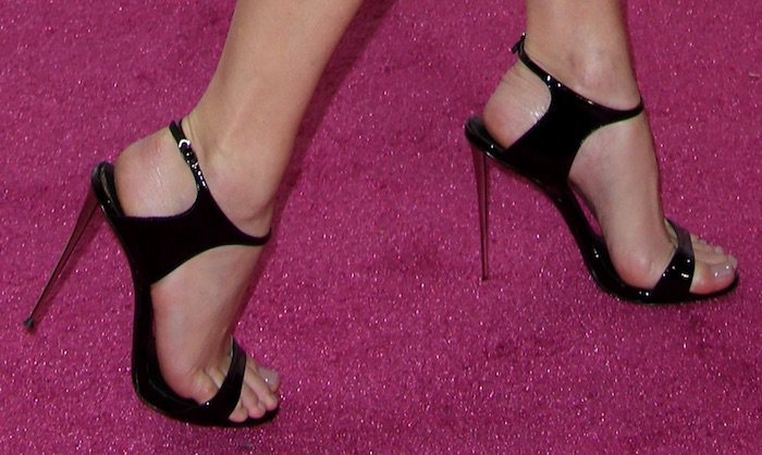Elizabeth Banks's sexy feet in Giuseppe Zanotti shoes