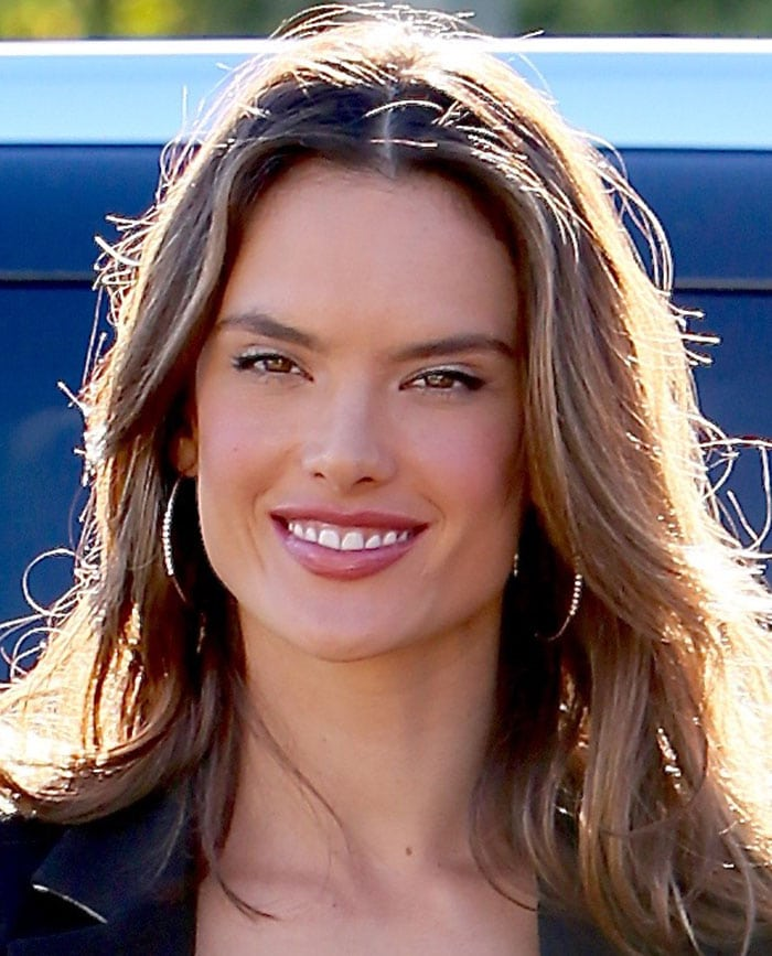 """Alessandra Ambrosio wears her hair down as she arrives on the set of """"Extra"""" at Universal Studios"""