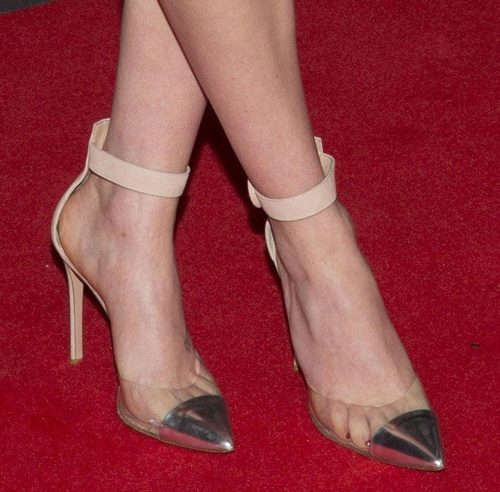 Daisy Ridley shows off her feet inGianvito Rossi Anais pumps