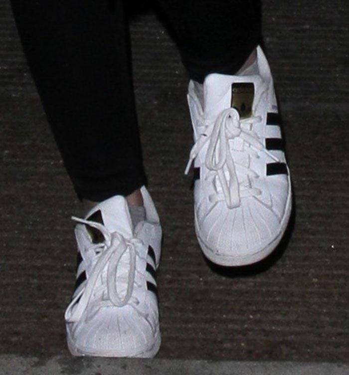 Dakota Fanning wears dirty Adidas Superstar sneakers