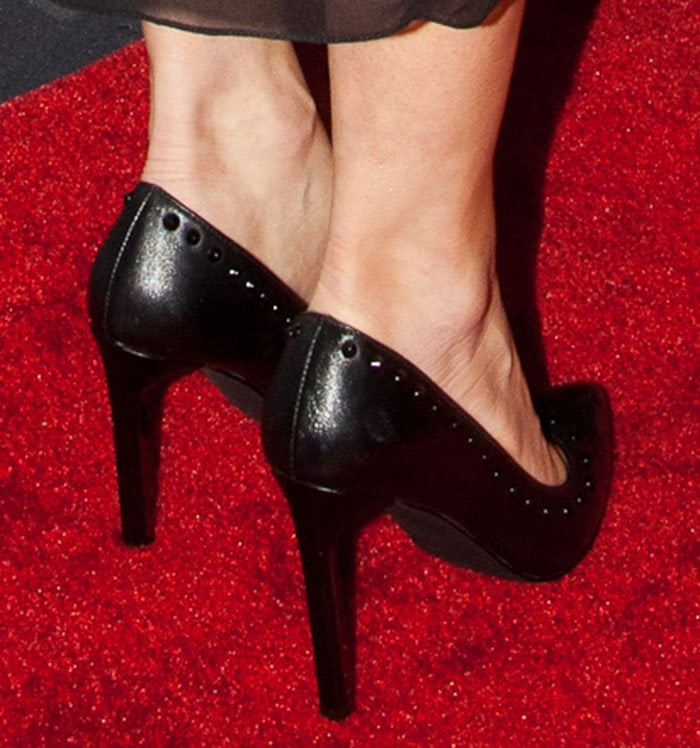 Fergie shows off her feet in studded pumps