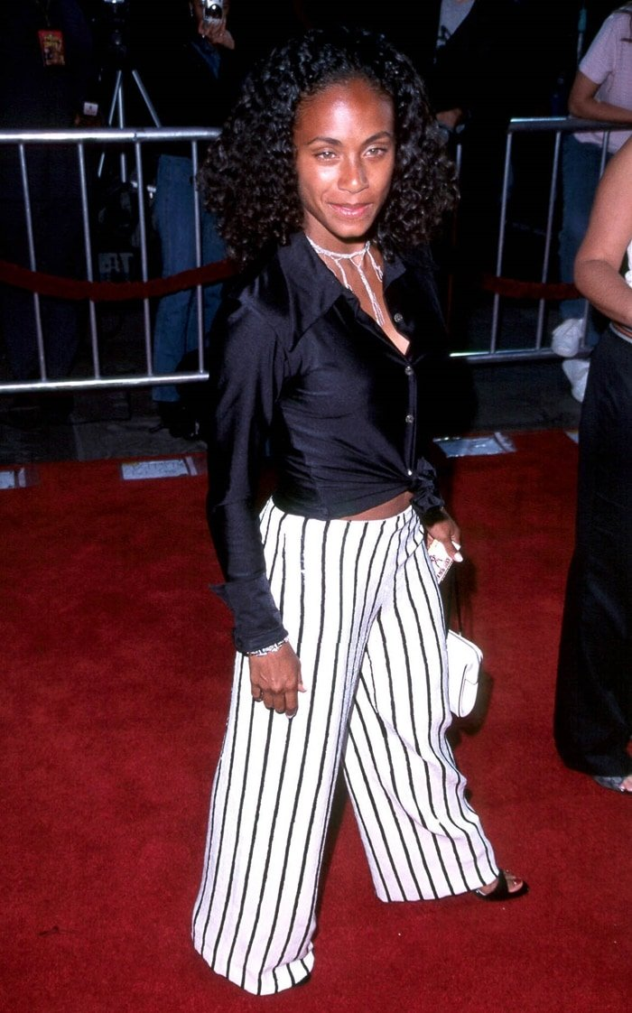 Jada Pinkett attends the Rush Hour 2 premiere at Mann's Chinese Theatre in Hollywood