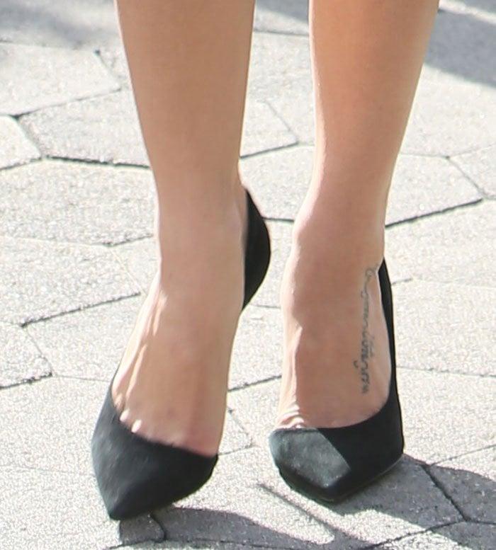 Jenna Dewan-Tatum's foot tattoo shows in a pair of black pumps