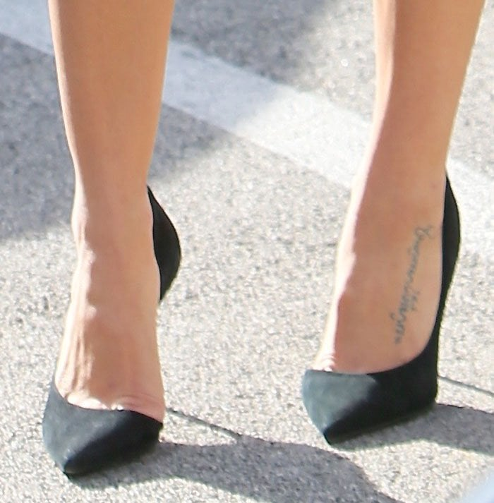 Jenna Dewan-Tatum's sexy feet in half d'Orsay black suede pumps