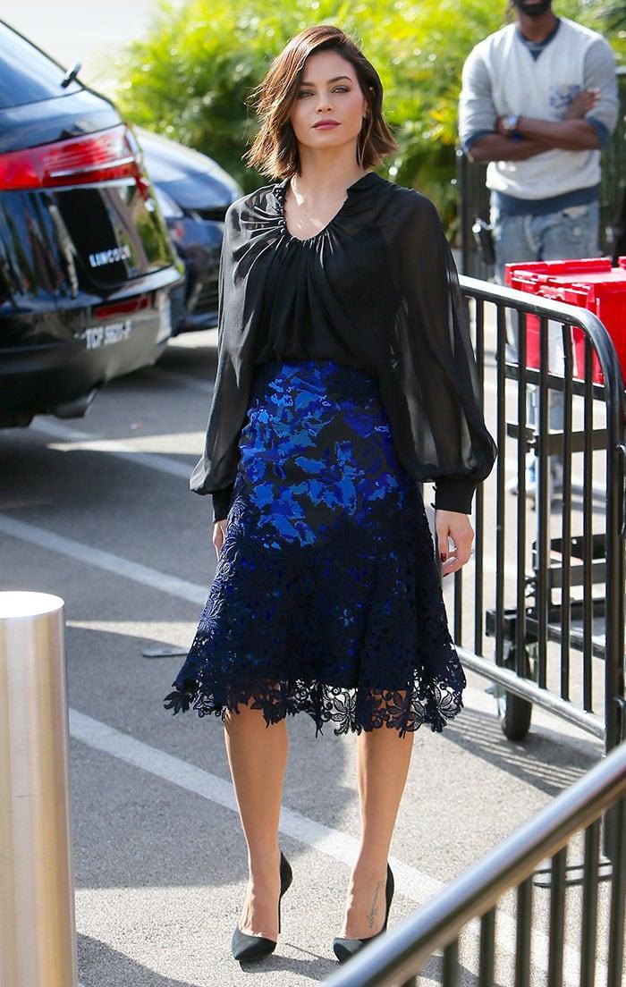 "Jenna Dewan Tatum wears a Monique Lhuillier fall 2015 ensemble on the set of ""Extra"""