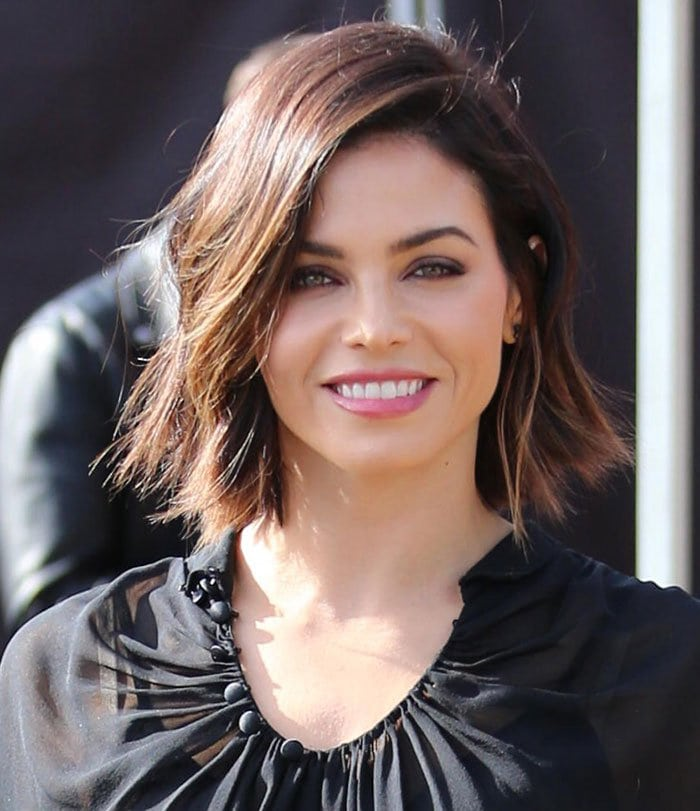 """Jenna Dewan Tatum wears her hair down as she arrives for an interview on """"Extra"""" with host Mario Lopez"""