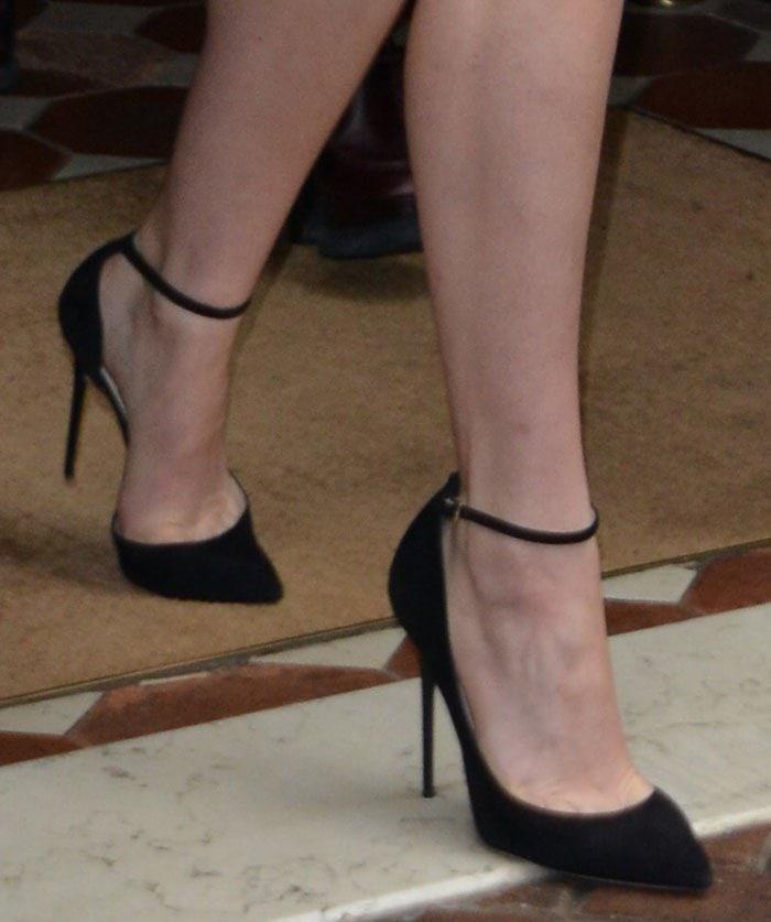 Jennifer Lawrence's feet in Jimmy Choo Lucy pumps