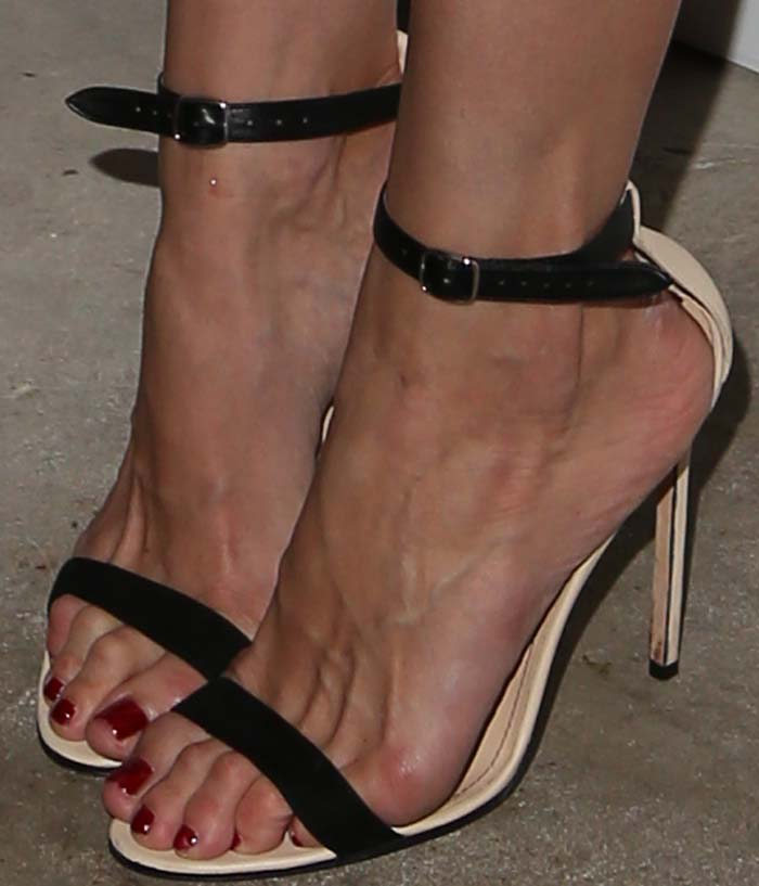 Katie Holmes showed off her feet inManolo Blahnik sandals