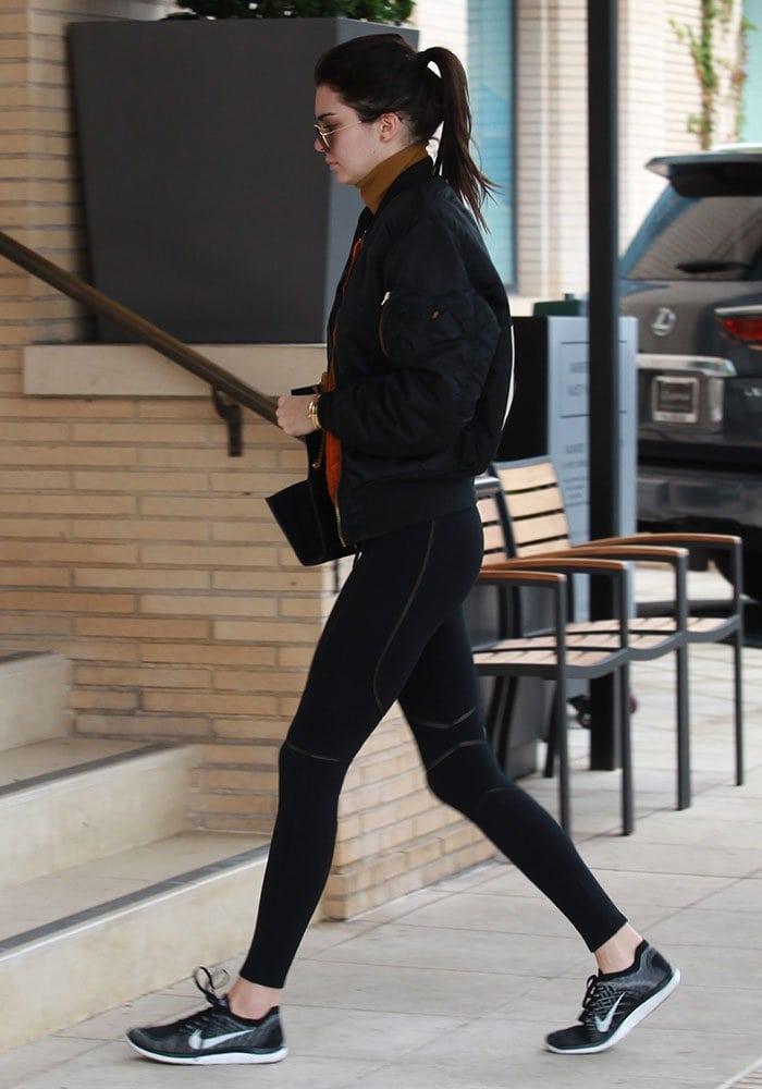 Kendall-Jenner-leggings-crop-top-jacket