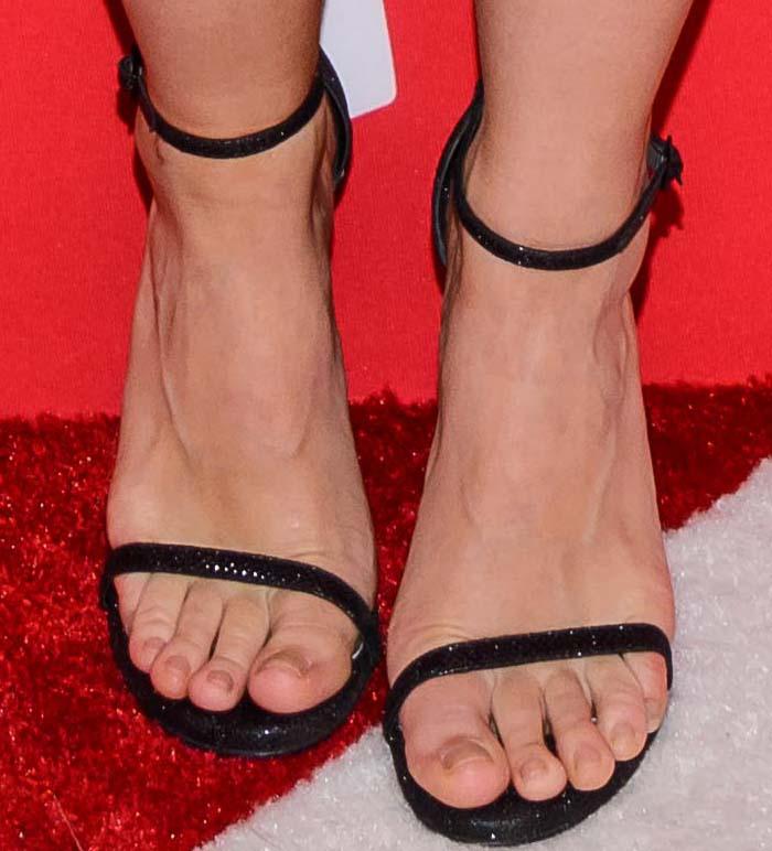 Kristen Bell's hot naked feet in Nudist sandals