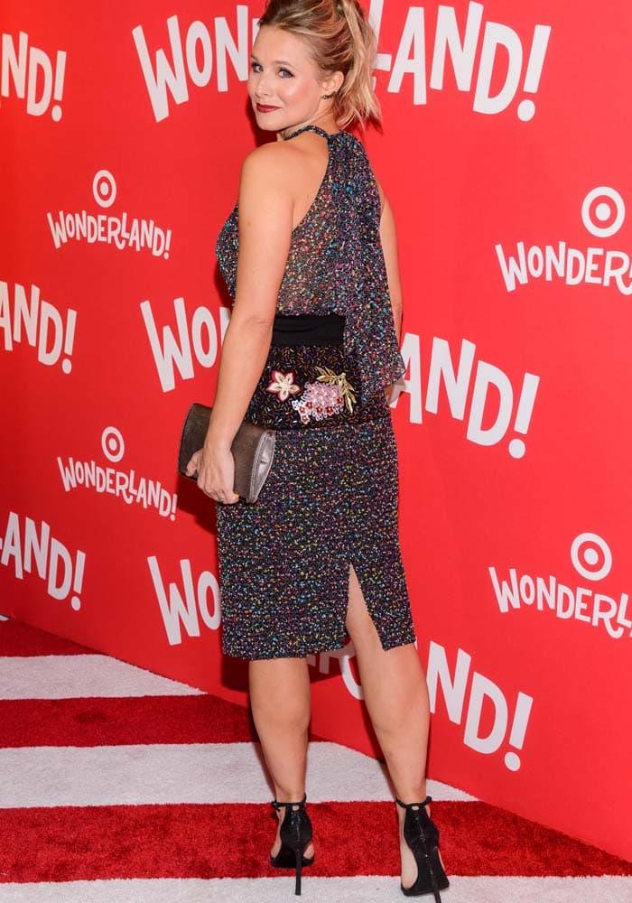 Kristen Bell's dress featuresimpressive floral embroidery across the waist