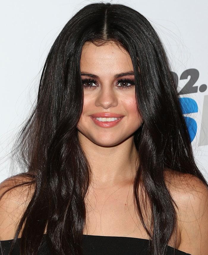 Selena Gomez shows off her smoky eye makeup