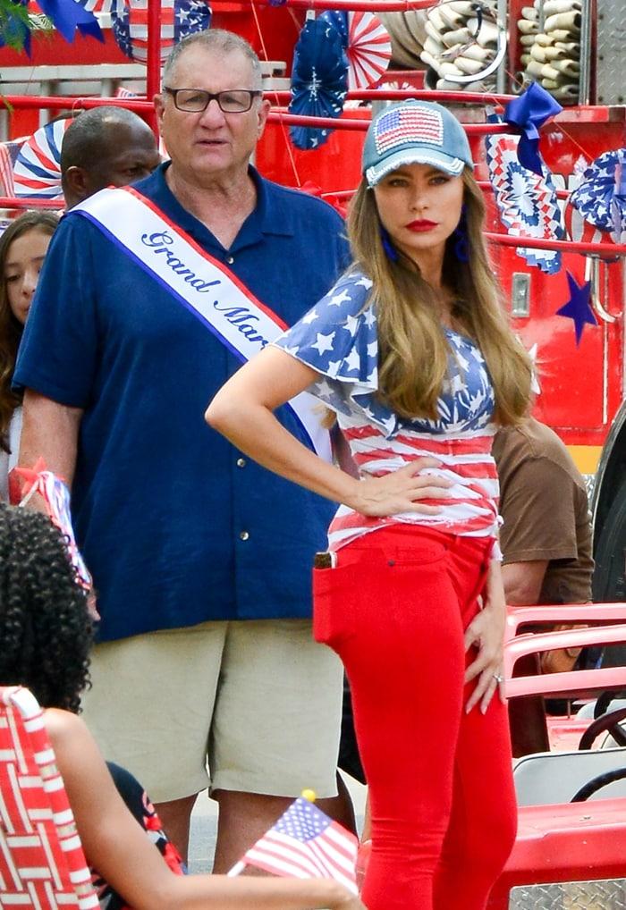 Sofia Vergara and Ed O'Neill film a scene at an American parade for 'Modern Family' TV show