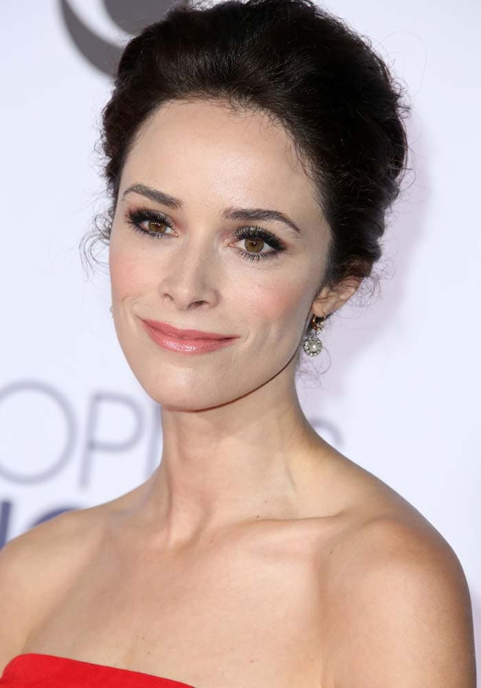 Abigail Spencer wears her hair back at the People's Choice Awards 2016