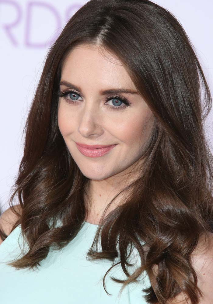 Alison Brie wears her hair down at the 2016 People's Choice Awards