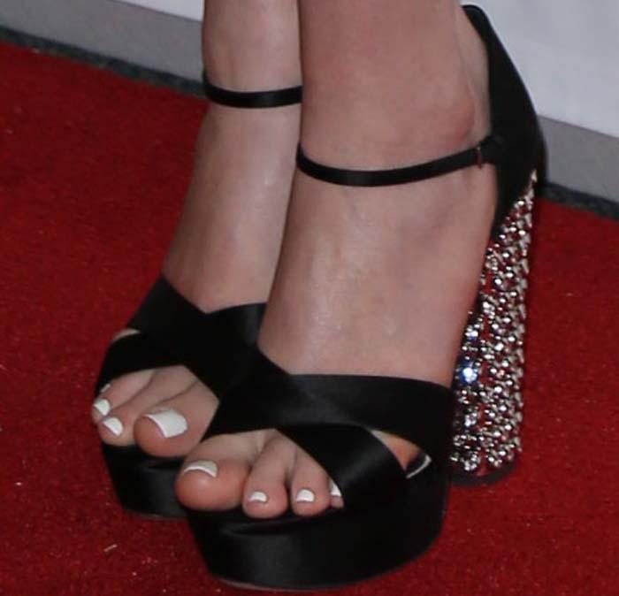 Anne Hathaway's sexy toes in Miu Miu sandals