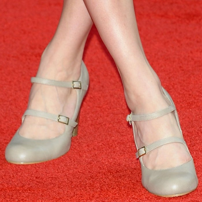 Brie Larson shows off her feet in ugly shoes on the red carpet