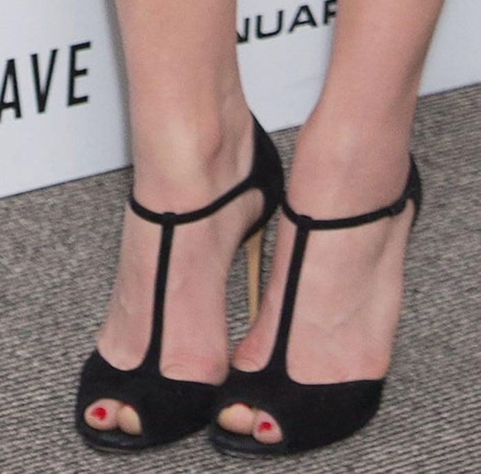 Chloë Grace Moretz shows off her size 8 (US) feet in black high heels