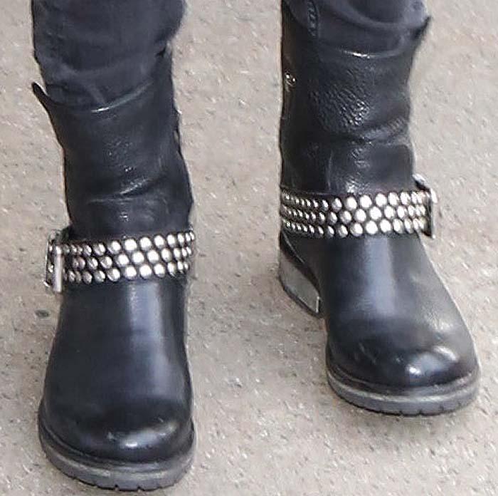 """Dakota Johnson in""""Fraankie"""" boots from Steve Madden"""