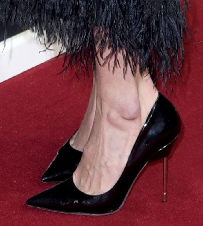 Gigi Hadid's feet in black Kurt Geiger pumps