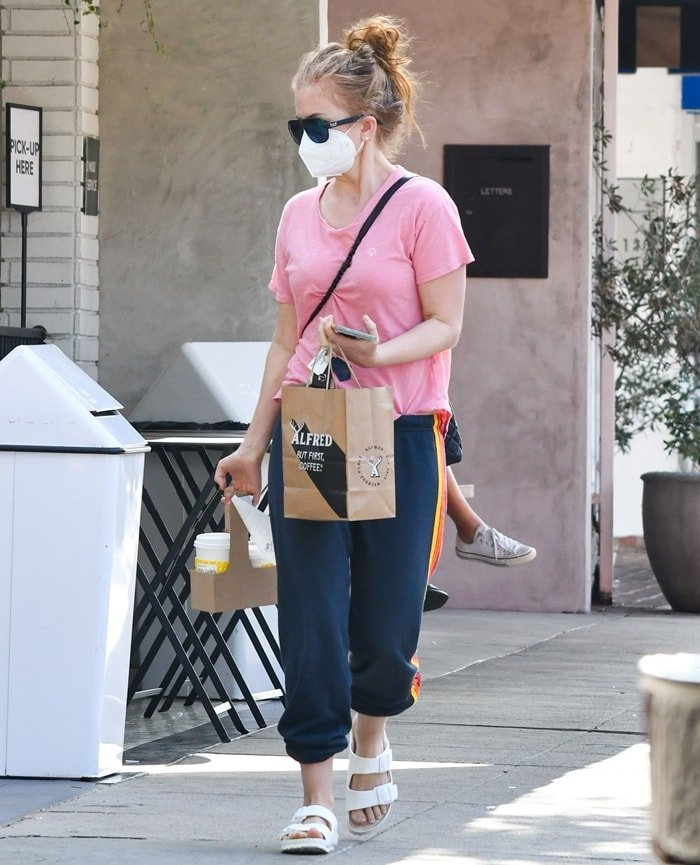 Isla Fisher picks up coffee and takeaway from Alfred Coffee