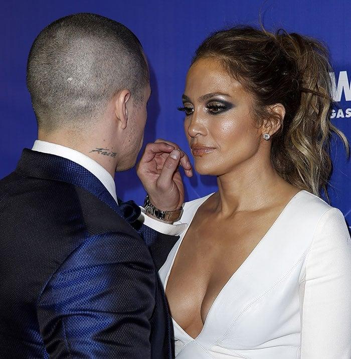 Jennifer Lopez shows off her boobs in Las Vegas