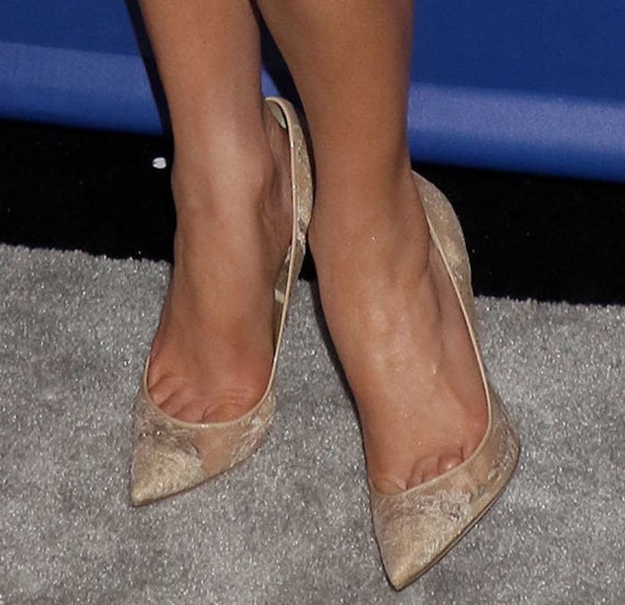 Jennifer Lopez shows toe cleavage in nude lace Jimmy Choo pumps