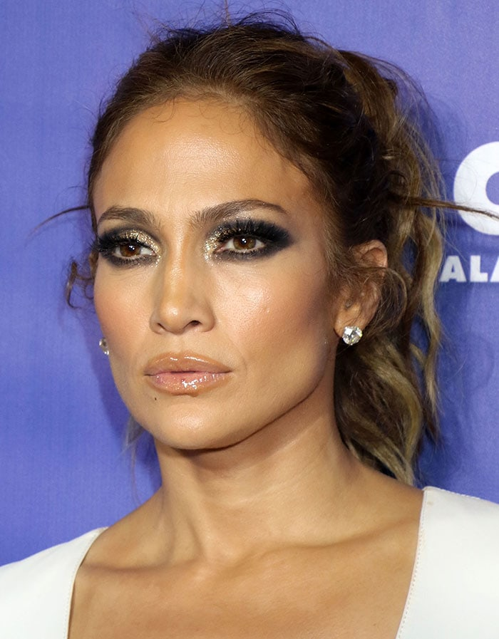Jennifer Lopezpulled her hair back into a messy ponytail