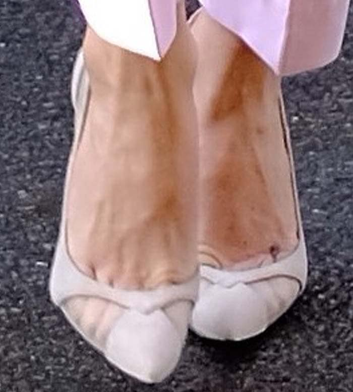 Kate Hudson's feet in a pair of pink Giuseppe Zanotti pumps