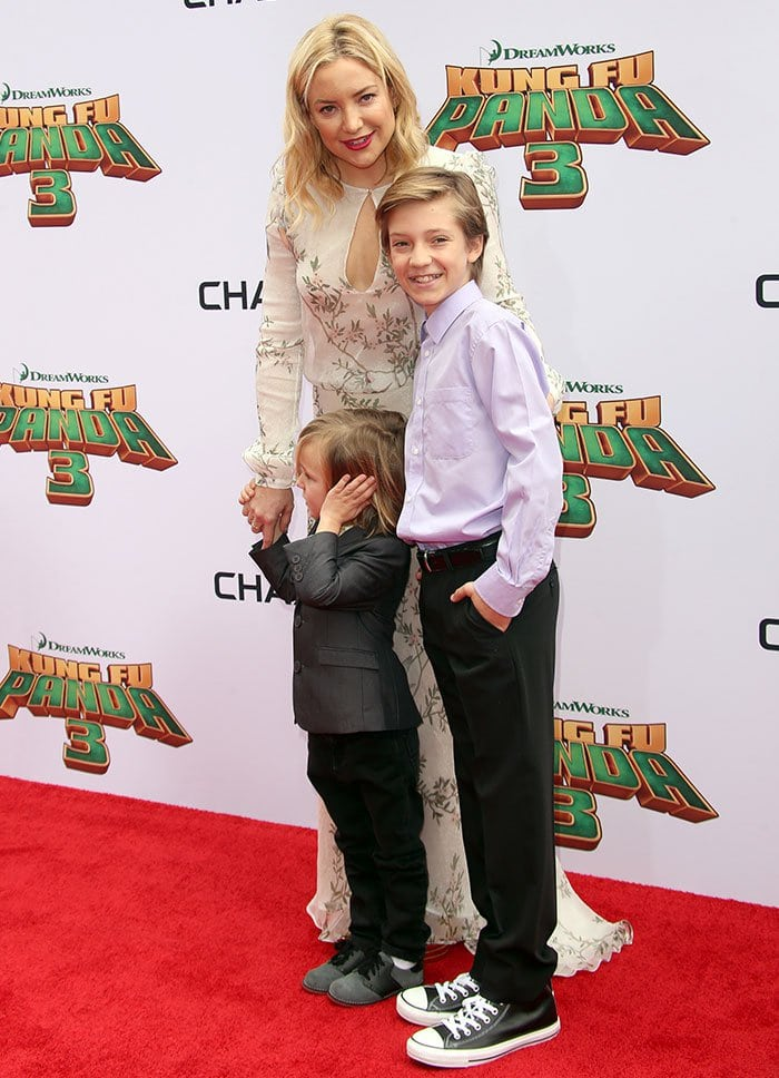 "Kate Hudson poses with her sons Ryder, 12, and Bingham, 4, at the premiere of ""Kung Fu Panda 3"""