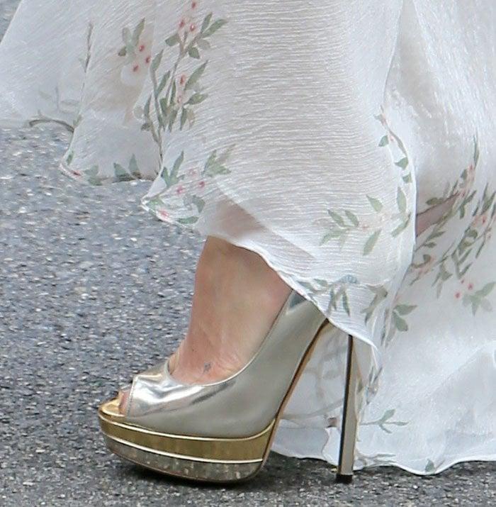 Kate-Hudson-metallic-platform-pumps