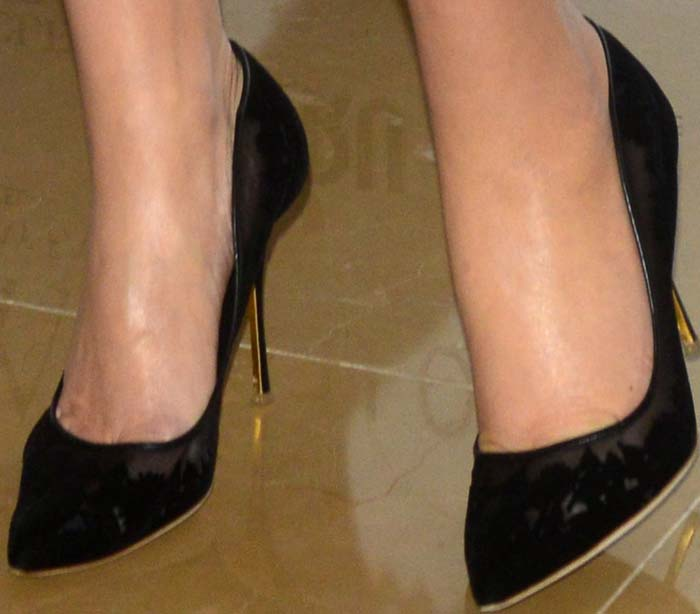 Kate Winslet shows off her size 11 (US) feet in Rupert Sanderson high heels