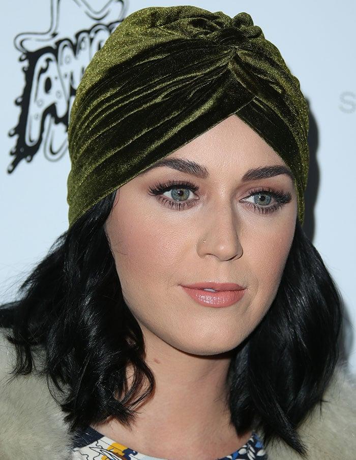 Katy-Perry-velvet-turban-peach-pink-lips