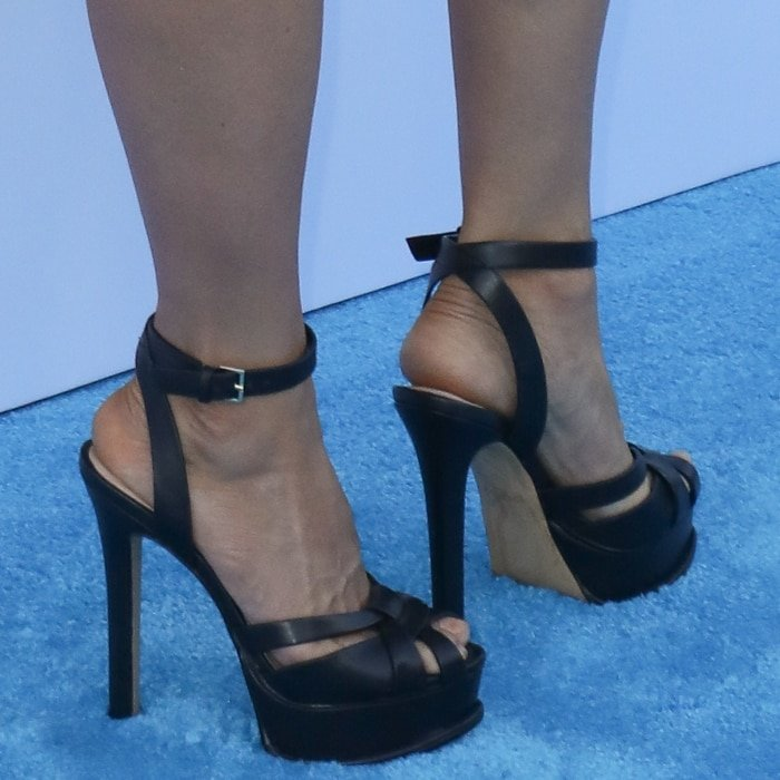 Lucy Liu showed off her feet in black platform sandals