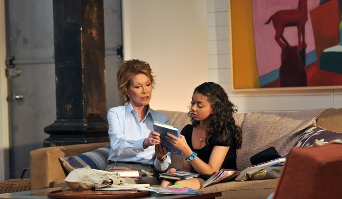 Mary Tyler Moore as Joyce Connor and Sarah Hyland as Maddie Healy in Lipstick Jungle