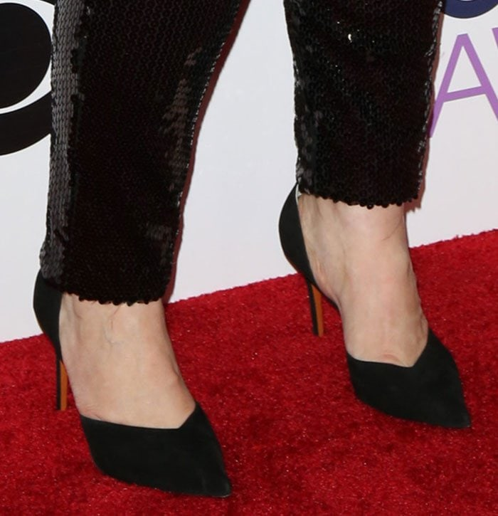 Melissa McCarthy reveals toe cleavage in black pointy toe pumps
