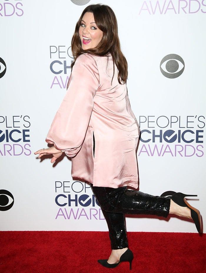 Melissa McCarthy goofs around on the red carpet