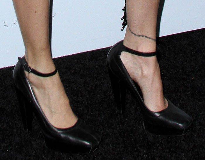 Nicole Richie shows off her feet in Balenciaga pumps