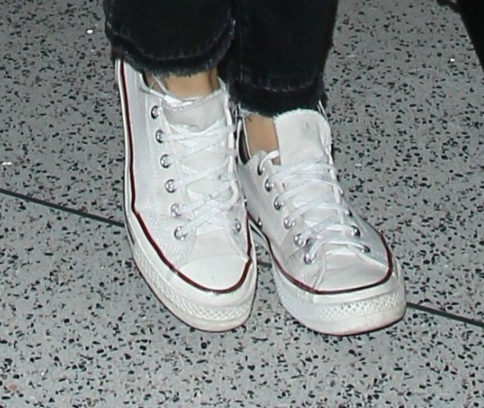 Olivia Wilde wears a pair of white Chuck Taylor All Stars at LAX