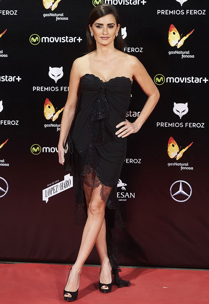 Penelope Cruz flaunts her legs on the red carpet in a black dress from Emanuel Ungaro