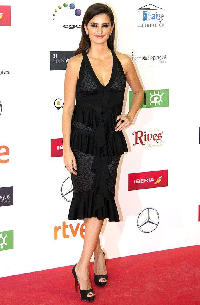 Penelope Cruz flaunts her legs in afigure-hugging dress