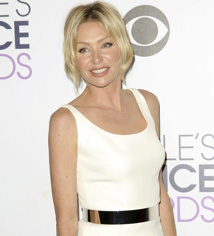 Portia de Rossi wears a white SAFiYAA gown on the red carpet of the People's Choice Awards