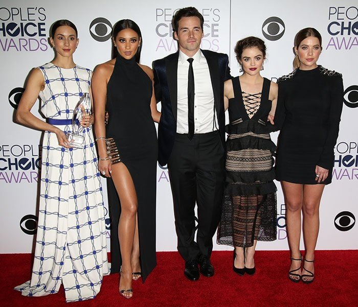 """""""Pretty Little Liars"""" stars at the 2016 People's Choice Awards at the Microsoft Theatre in Los Angeles on January 6, 2016"""