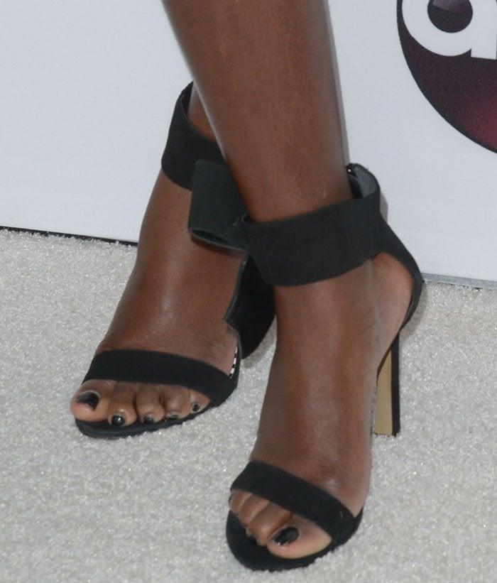 Viola Davis showed off her feet in Betsey Johnson sandals