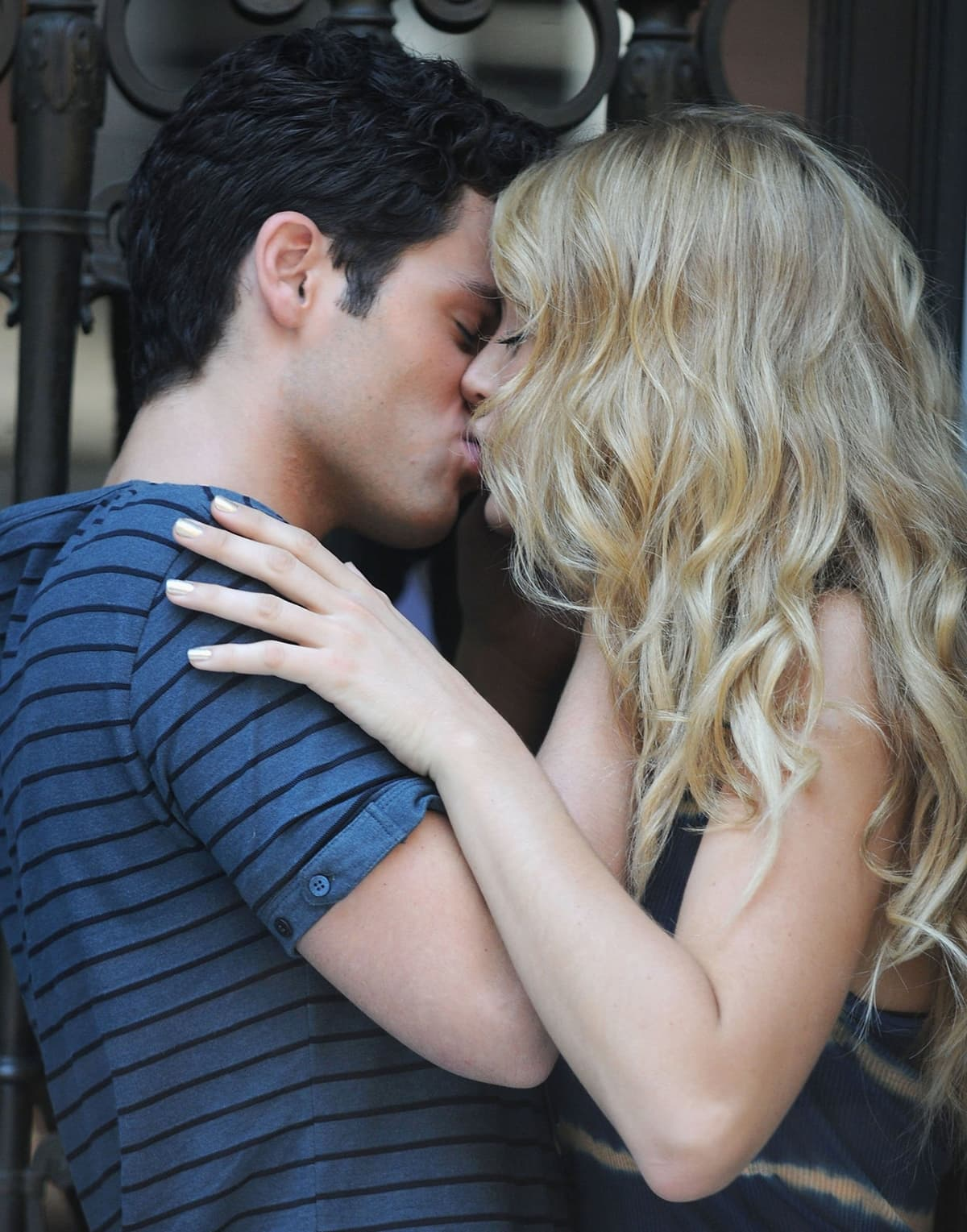 Blake Lively and Penn Badgley kissing on the film set for the television series Gossip Girl