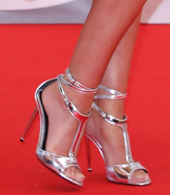 Cheryl-Fernandez-Versini-Tom-Ford-T-Bar-Sandals