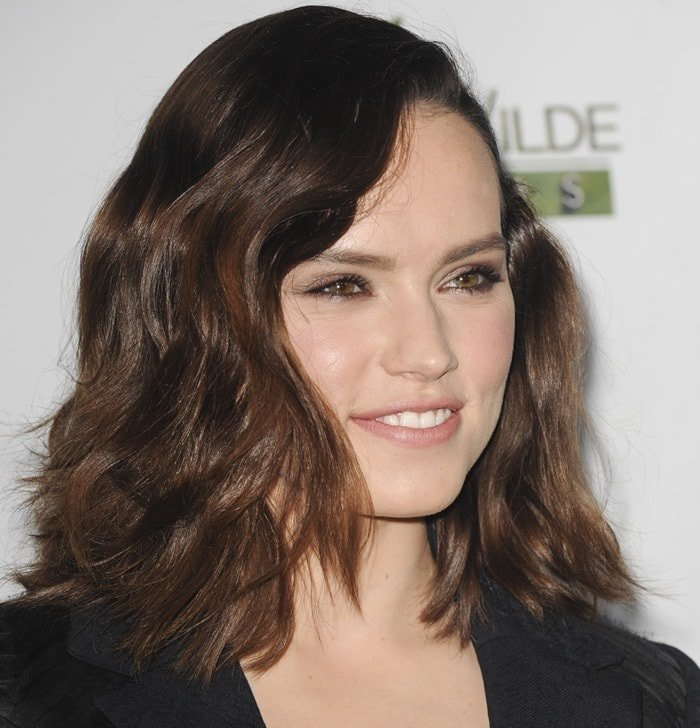 Daisy Ridley was all smiles on the green carpet