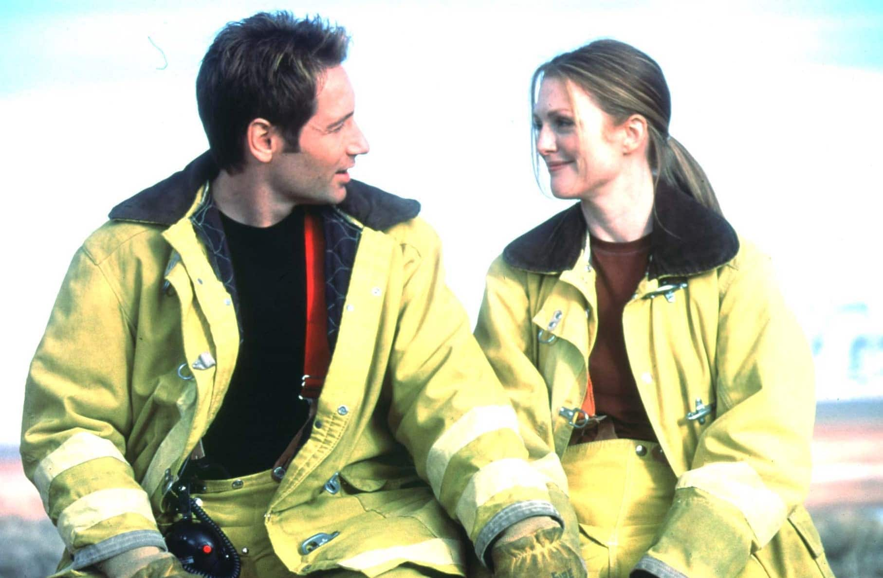 David Duchovny as Colonel (Ret.) Dr. Ira Kane and Julianne Moore as Dr. Allison Reed in Evolution
