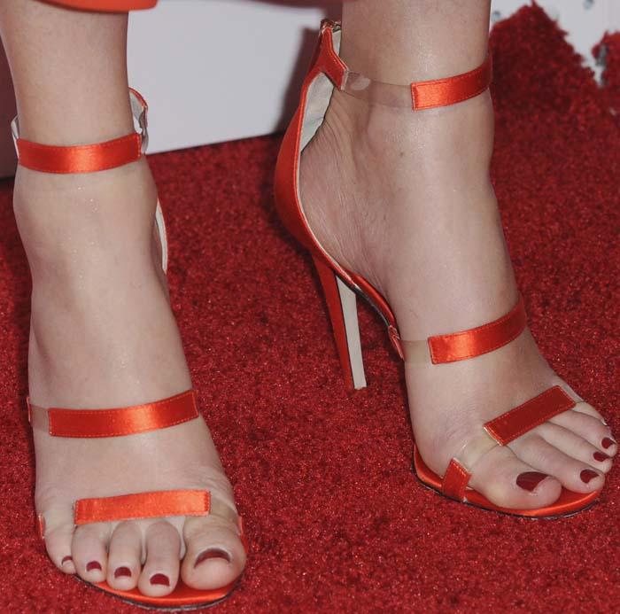 Elizabeth Banks's feet in red Tamara Mellon sandals