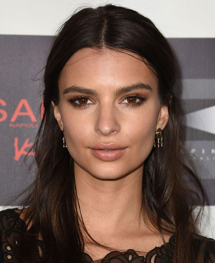 Emily-Ratajkowski-neutral-makeup-half-up-hairstyle